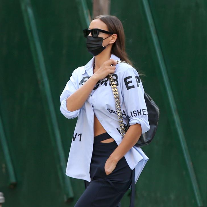 Фото №1 - Застегивайте рубашку на пару пуговиц, как Ирина Шейк
