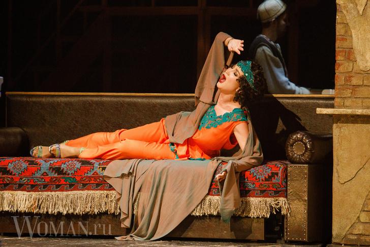 Фото №2 - Гонорар поскромнее: Ольга Бузова сыграет еще в двух спектаклях во МХАТе за 234 тысячи рублей
