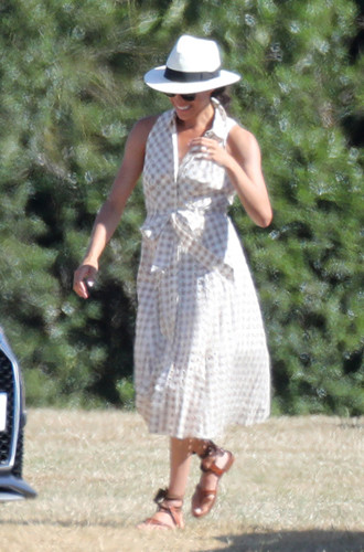 Фото №13 - Герцогиня Меган тратит на наряды больше герцогини Кейт