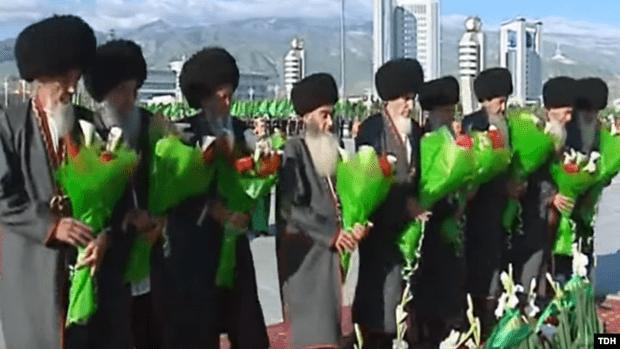 Фото №1 - В Туркмении седых чиновников требуют покрасить волосы в черный цвет, а неседых— в седой