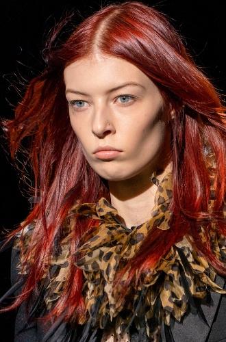 Модель с бархатно красными волосами