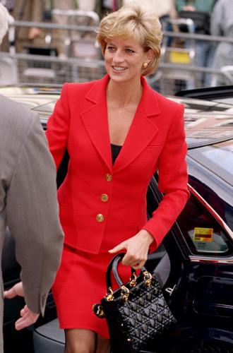 Фото №12 - Держи за ручку: любимые сумки принцесс и королев снова в тренде