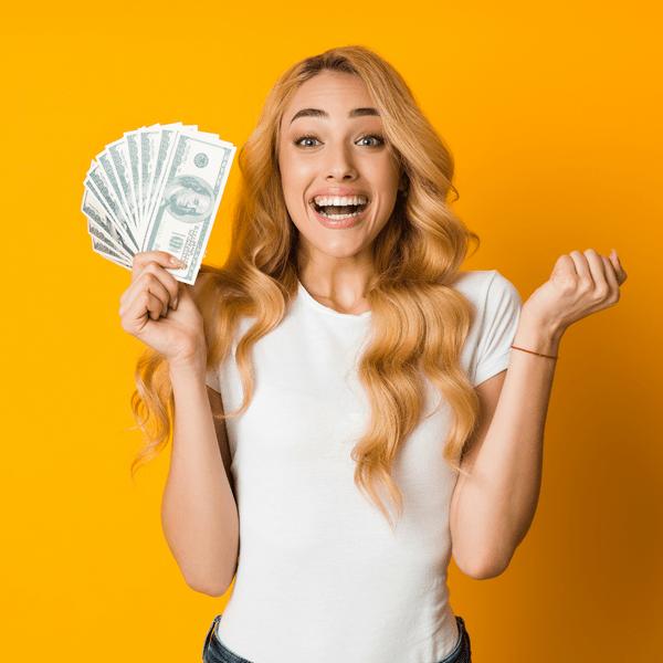 Фото №1 - Российским тинейджерам раздадут по 3000 рублей на культпросвет: узнай, как получить деньги 💸