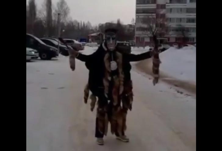 Фото №1 - Жители российского города вызвали шаманку, чтобы та наколдовала им парковку (видео)