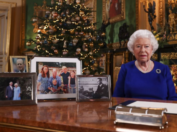 Фото №1 - Семейный конфликт или случайность: Королева убрала фото Гарри и Меган со столика