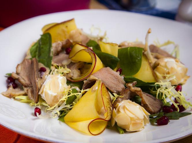 Фото №1 - Салат с утиной грудкой, манго и сырными шариками