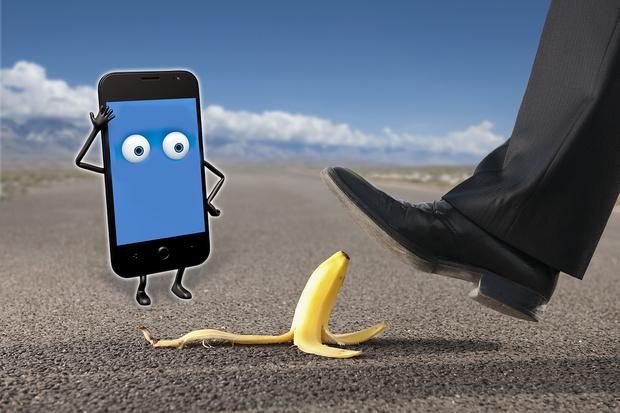 Фото №1 - Врачи назвали самые часто встречающиеся травмы, которые получают люди от смартфонов