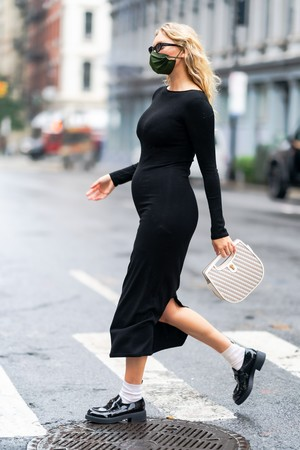 Фото №2 - Любимый микротренд + платье, подчеркивающее женственные изгибы: безупречный образ беременной Эльзы Хоск
