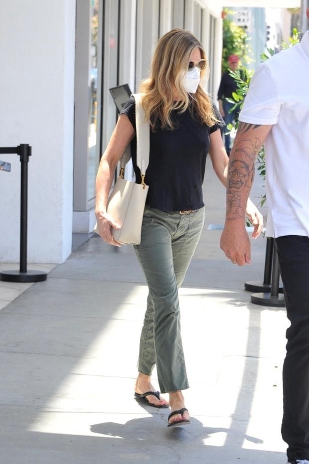Фото №2 - Дженнифер Энистон возвращает в моду джинсы болотного цвета