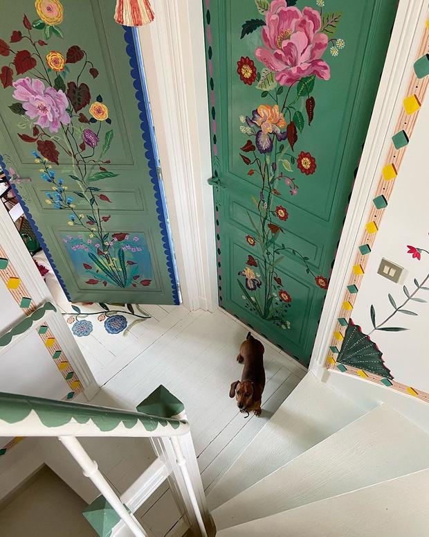 Фото №4 - Французская художница расписала свой дом цветами