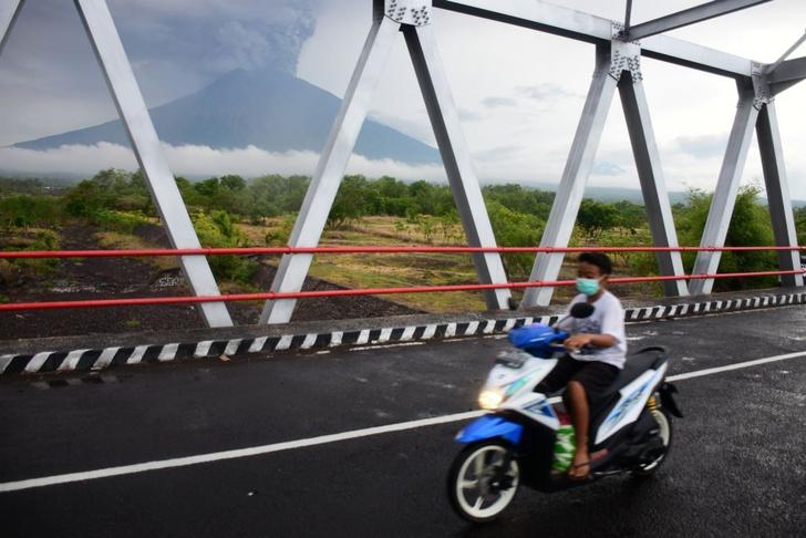 Фото №1 - На Бали началось извержение вулкана Агунг