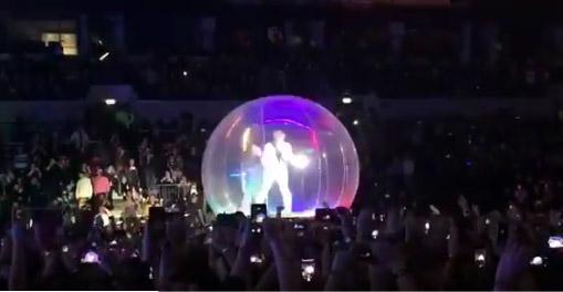 Фото №1 - Тилль Линдеманн выступил в пузыре на концерте в Москве