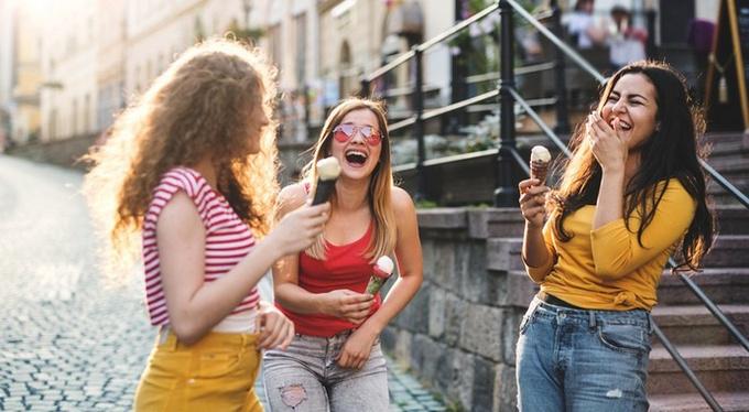 Почему так важно проводить время с теми, кто счастлив