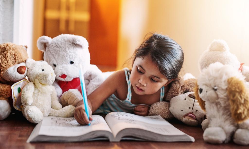 Что означают чересчур длинные ноги на детском рисунке: мнение психолога