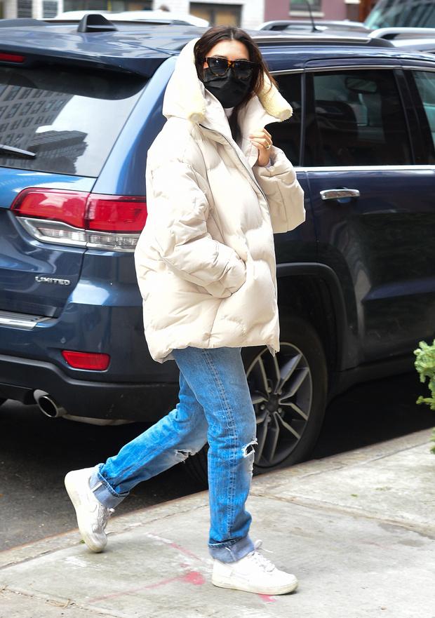 Фото №2 - Все просто: беременная Эмили Ратаковски в безупречных голубых джинсах и объемном пуховике