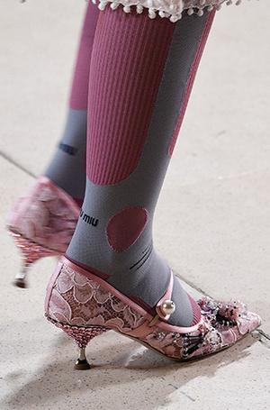 Фото №17 - Невероятные каблуки: кто придумал прозрачные танкетки и шпильки в стразах