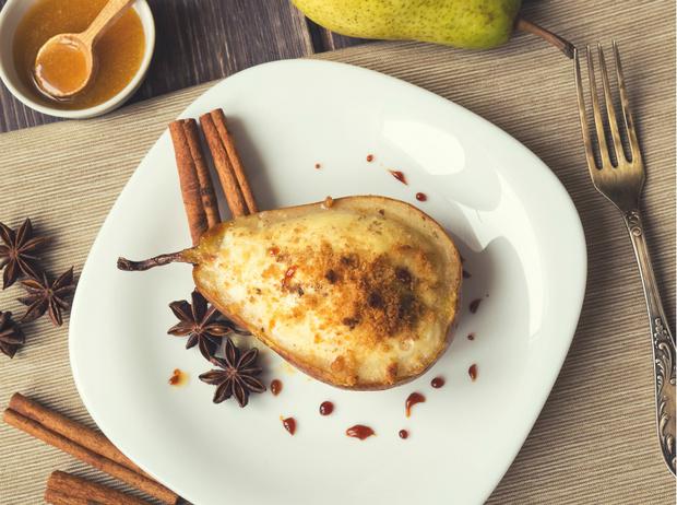 Фото №5 - Рецепт недели: запеченный сыр Фурм-д'Амбер с грушами и креветками