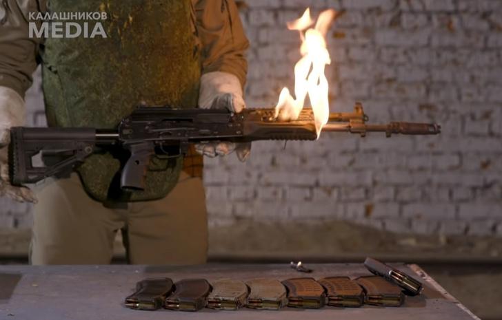Фото №1 - У автомата Калашникова загорается ствол, а потом его разрывает от долгой стрельбы очередями (видео)