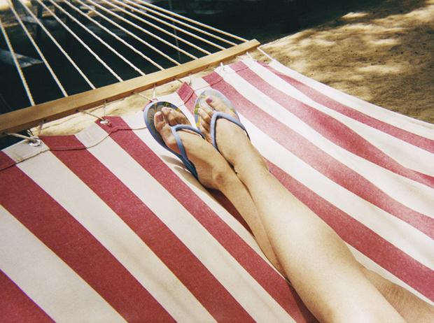 Фото №2 - Чем опасны шлепанцы, и какой должна быть летняя обувь