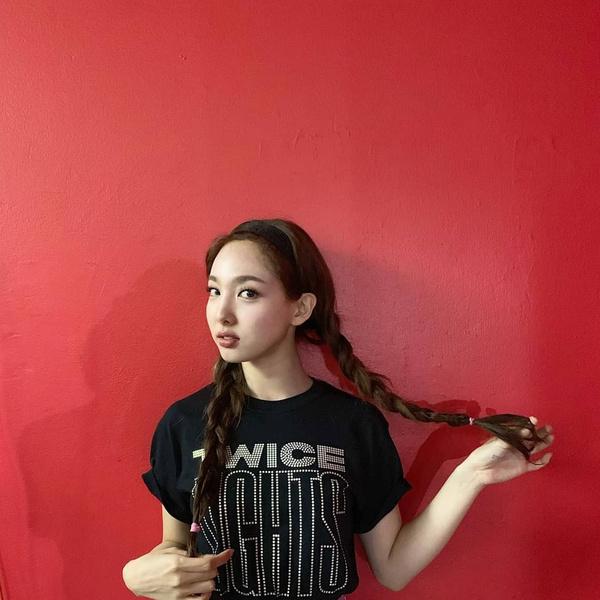 Фото №1 - Простые и модные прически для длинных волос: 10 лучших идей от Наён из TWICE