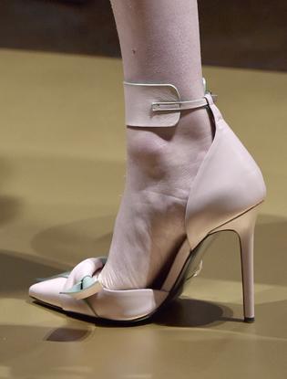 Фото №18 - Плащи Haute Couture и туфли с бантами на парижском показе Versace