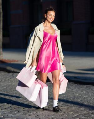Фото №6 - Розовый кружевной корсет + рваные джинсы: ошеломительный образ Ирины Шейк