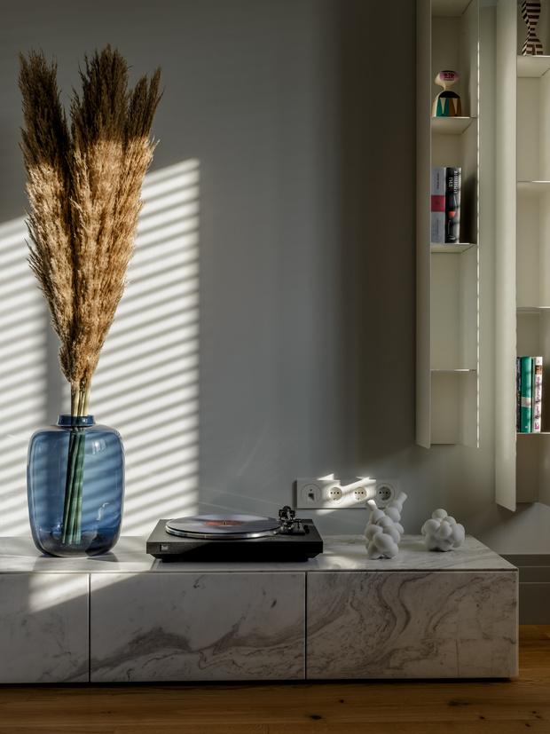 <p>Квартира в Минске. Проект студии Atelier Prototipi. Комод из мрамора изготовлен по эскизам арохитекторов.</p>