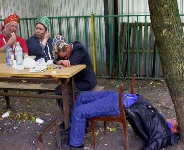 Фото №2 - Трое на трибуне, не считая хот-догов: как случайный кадр стал главным мемом недели