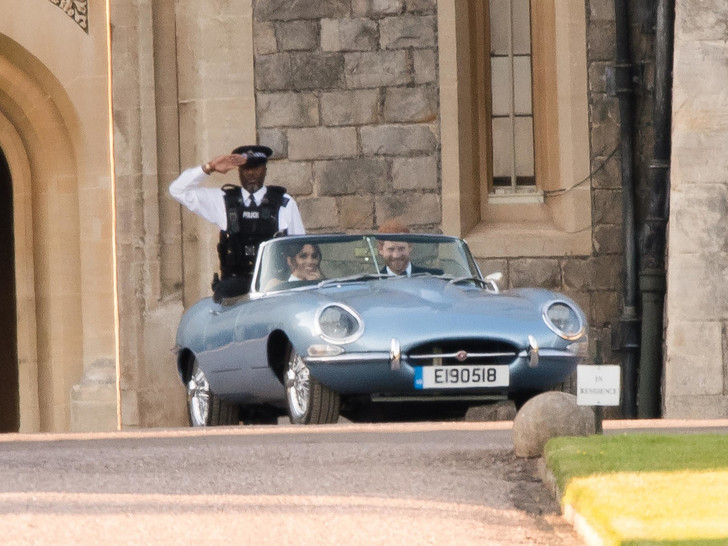 Фото №4 - Вместо кареты: самые роскошные свадебные автомобили Виндзоров