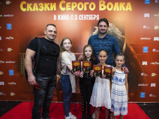 Фото №1 - Юлия Такшина вывела в свет подросших сыновей от Григория Антипенко