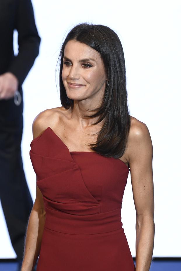 Фото №2 - Образцовое платье-футляр и «голые» туфли: королева Летиция вновь ставит на красное