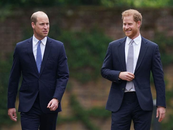 Фото №4 - Скандал из-за мемуаров принца Гарри: первый официальный комментарий дворца
