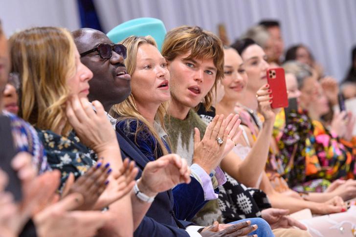 Фото №4 - Дочь Кейт Мосс вышла на подиум без бровей: реакцию звездной мамы сняли фотографы