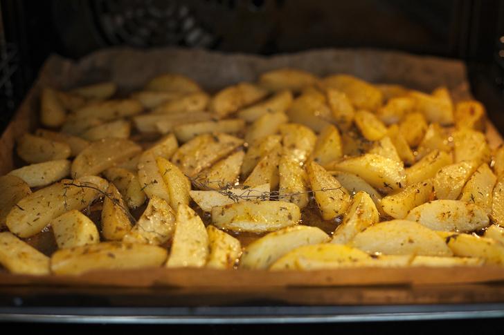 Фото №1 - Картофель в духовке: 5 быстрых и вкусных рецептов