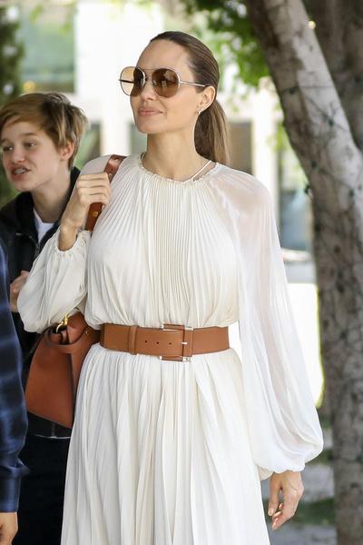 Фото №1 - Анджелина Джоли сверкнула грязными пятками