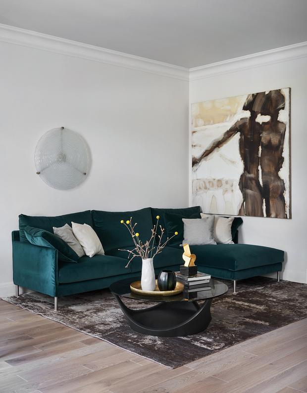 Диван, Living Divani. Ковер, Art de Vivre, @koverspb. Графика и скульптура Владимира Макеева, @l.e.store.saintp.