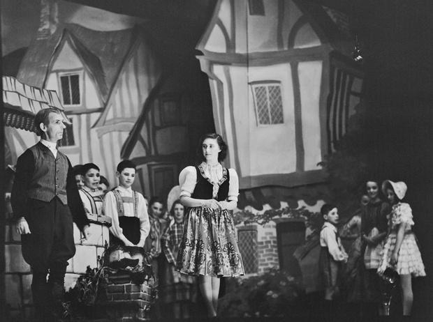 Фото №36 - Рождественский театр Виндзоров: как принцессы Елизавета и Маргарет поднимали боевой дух нации