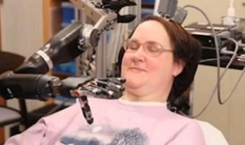 Фото №1 - Видео: Парализованная женщина накормила себя шоколадом, управляя робо-рукой с помощью мозга