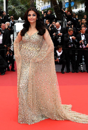 Фото №91 - Болливуд в Каннах: Айшвария Рай и все ее наряды за историю кинофестиваля