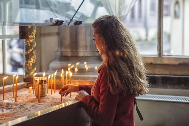 Фото №1 - Можно ли дома жечь церковные свечи: объяснение священника