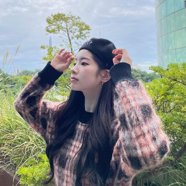 Фото №2 - Как носить модный берет осенью: подсмотрено у Дахён из TWICE