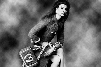 Фото №2 - Линда Евангелиста стала лицом нового аромата Moschino