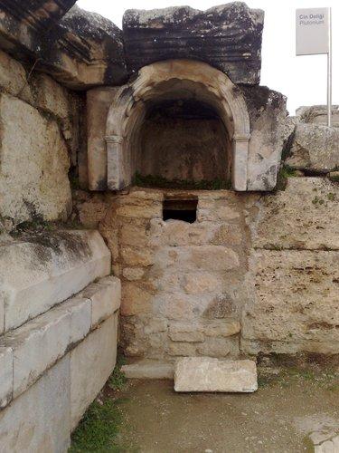 Фото №1 - Раскрыта тайна римских «врат в ад»