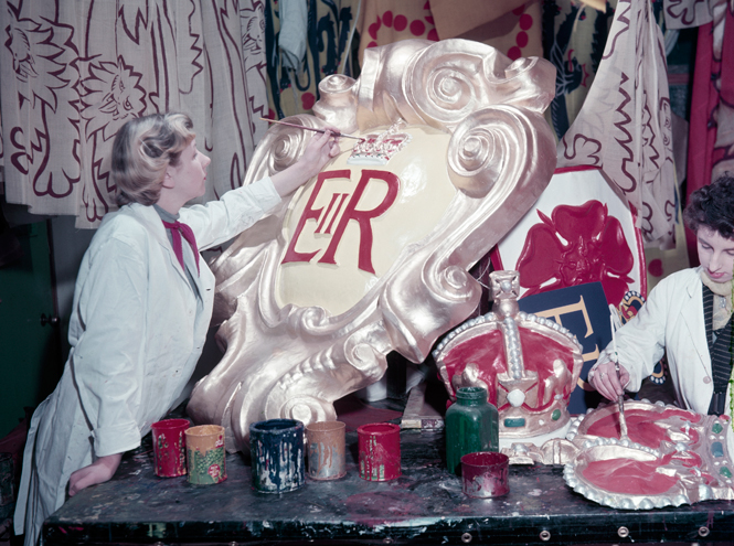 Фото №2 - Королева и помада: история одной бьюти-страсти Елизаветы II