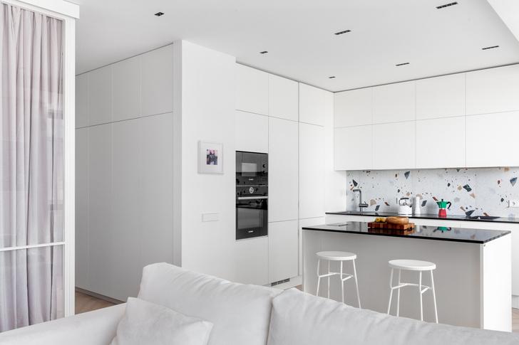 Фото №2 - Простота и функциональность: белая квартира 45 м²