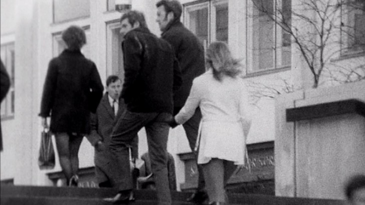 Фото №1 - Видео 1971 года, на котором журналистка BBC щиплет мужчин за ягодицы