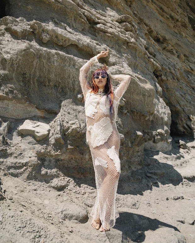 Фото №1 - Испанка Сита Абеллан в «обнаженном» платье-сетке на скалистом побережье