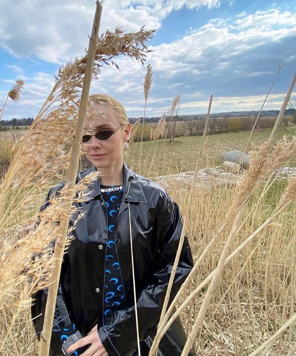 Ольга Карпуть в тотал-луке Marine Serre доказывает, что черный можно носить и летом