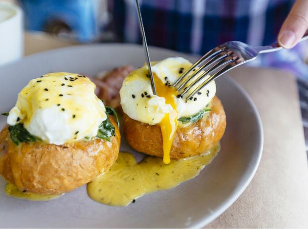 Фото №1 - Рецепт с историей: как готовить яйцо-пашот