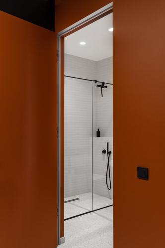 Фото №7 - Черный интерьер с теплыми терракотовыми акцентами: квартира 100 м²